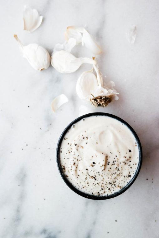 Lag din egen plantebaserte hvitløksdressing med bare tre ingredienser!