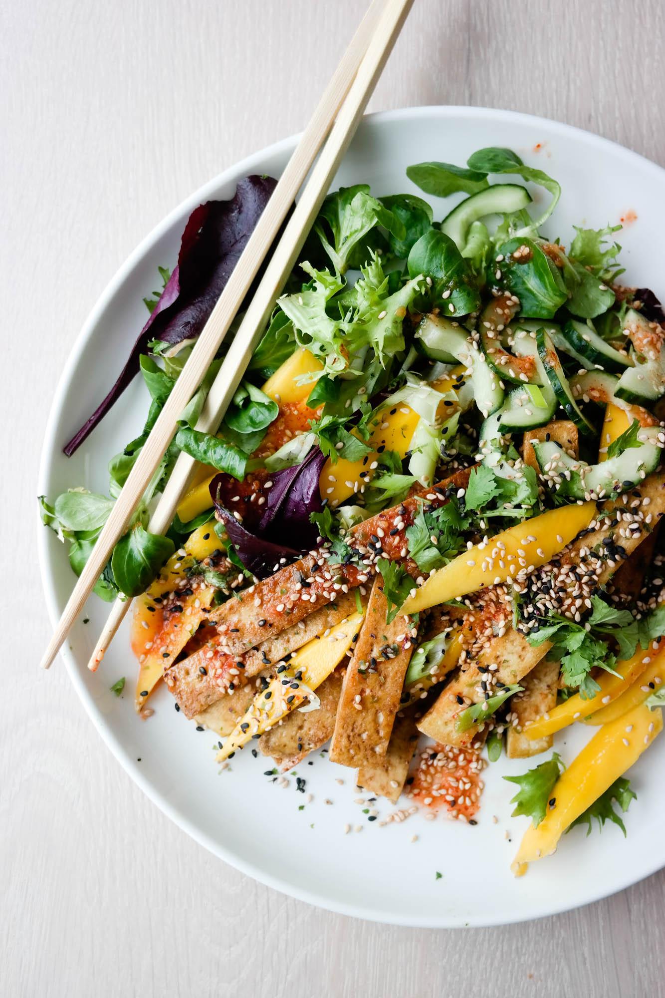 Enkel, deilig salat med mango, tofu og chilldressing!