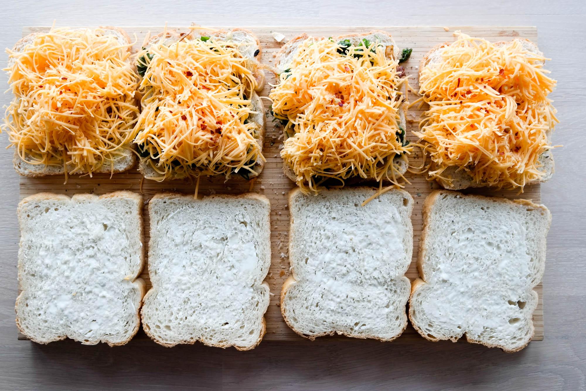 Vegansk ostesmørbrød med karamellisert løk og spinat - SÅ HIMLA GODT!