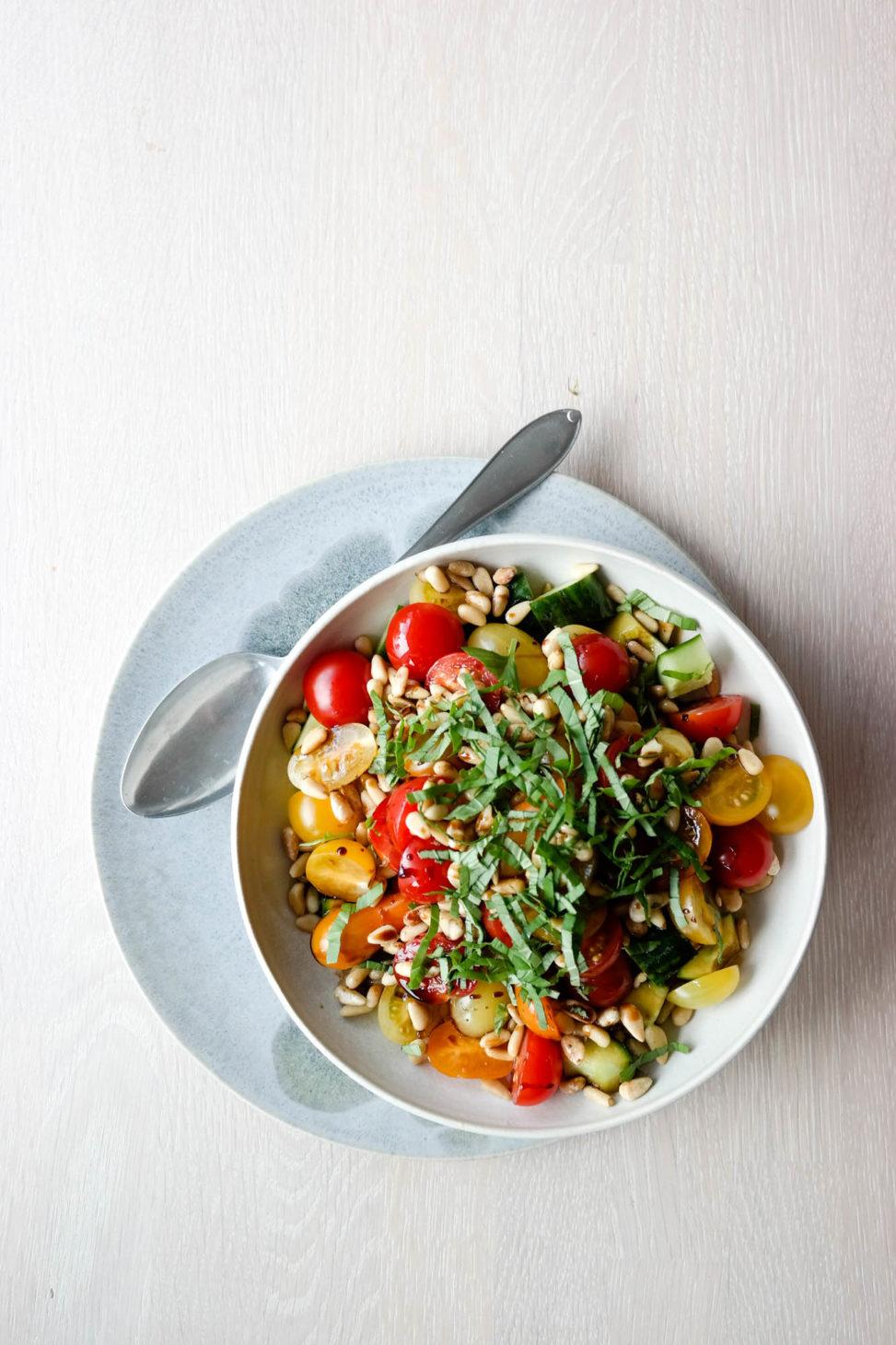 Friskt og deilig tilbehør til det meste: Enkel tomatsalat!
