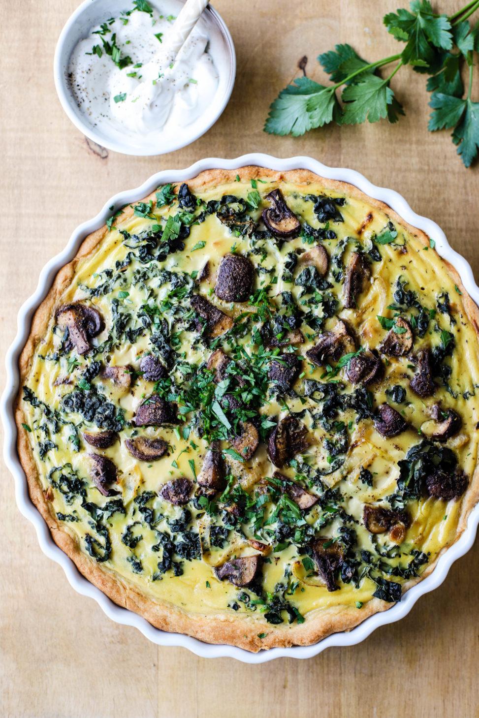 Vegansk pai med karamellisert løk, sopp og grønnkål